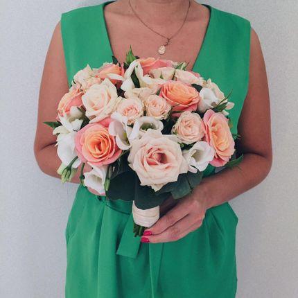 Букет невесты с розами и брошкой