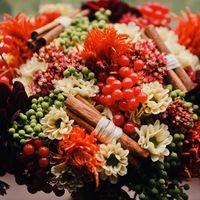 Красный букет невесты с палочками корицы