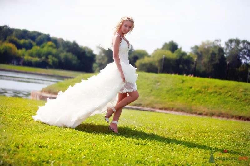 Невеста в белом платье стоит на траве в парке - фото 51734 barbie