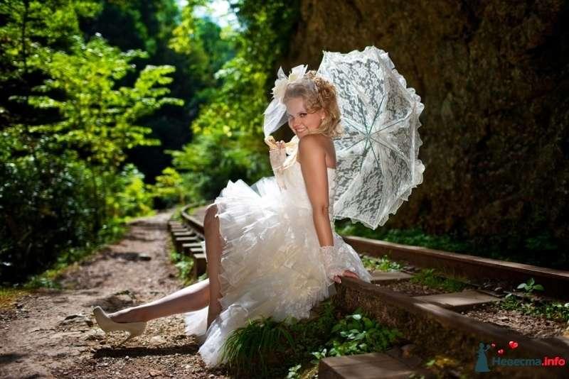 В руках невесты белый кружевной зонт с рюшами - фото 327485 Фотограф Николай Хорьков