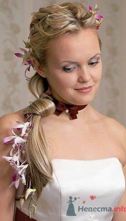 Прическа с живыми цветами и шиньоном - фото 564 Визажист-стилист свадебного образа Лариса Костина