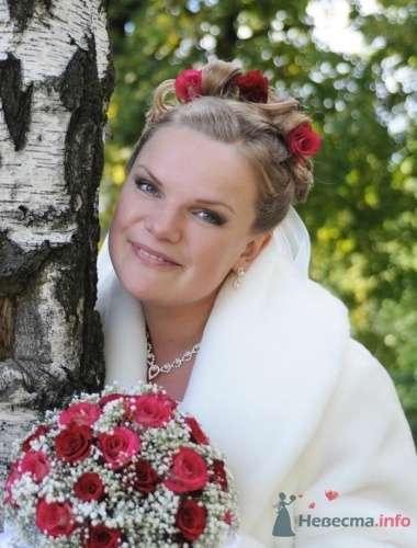 Прическа из коротких волос с красными розами - фото 1239 Визажист-стилист свадебного образа Лариса Костина