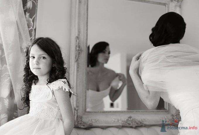 Темная девочка в белом праздничном платье стоит у зеркала рядом с невестой - фото 39013 Dress 4 Sale