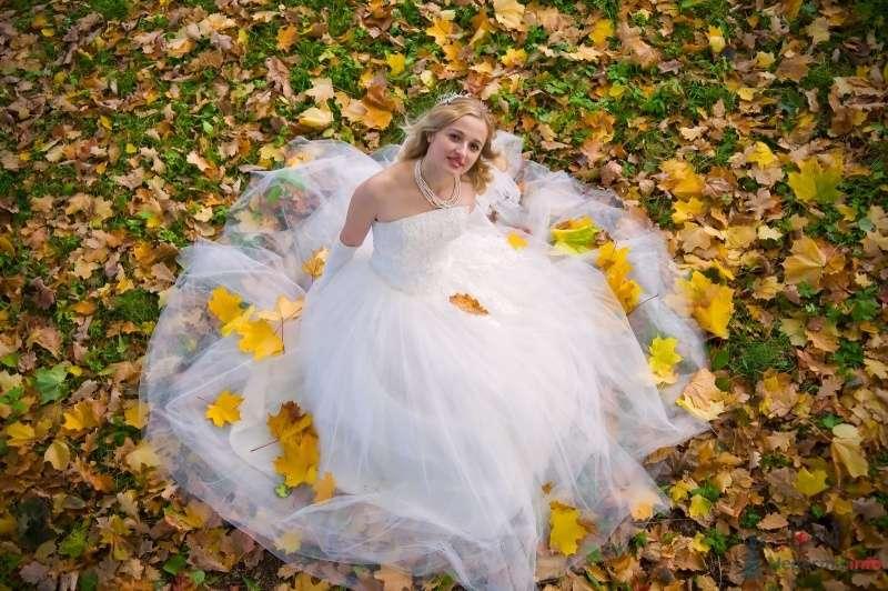 Невеста в белом платье сидит в осеннем парке - фото 65814 Невеста01