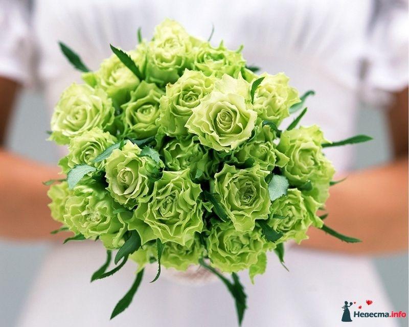 Букет невесты в круглом стиле из зеленых роз
