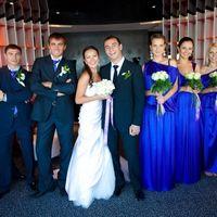 Жених, невеста и их друзья и подружки в синем