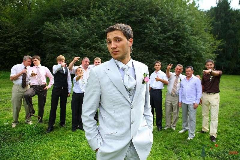"""Классический мужской белый костюм """"тройка"""" с голубой рубашкой, белым галстуком и розовой бутоньеркой  - фото 63960 лана"""