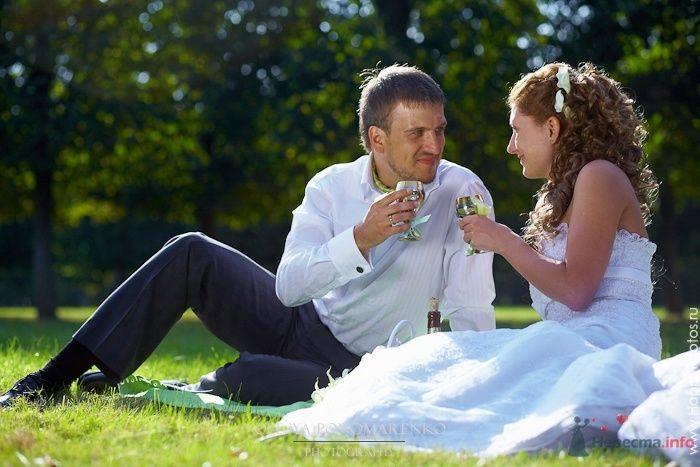 Жених и невеста с бокалами в руках сидят на траве в парке - фото 51207 Невеста01