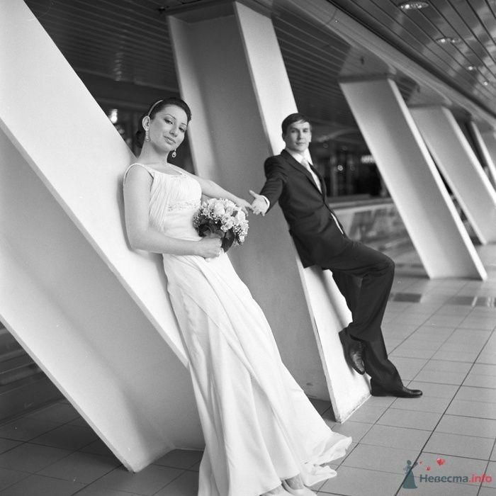 Жених и невеста, взявшись за руки, стоят у стены коридора - фото 29457 Фотограф Константин Титов