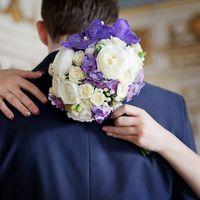 Букет невесты в круглом стиле из белых роз, сиреневых гортензий и орхидей