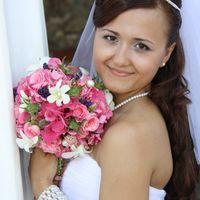 Невеста с круглым букетом невесты в руках из белых орхидей, розовых роз и гортензий