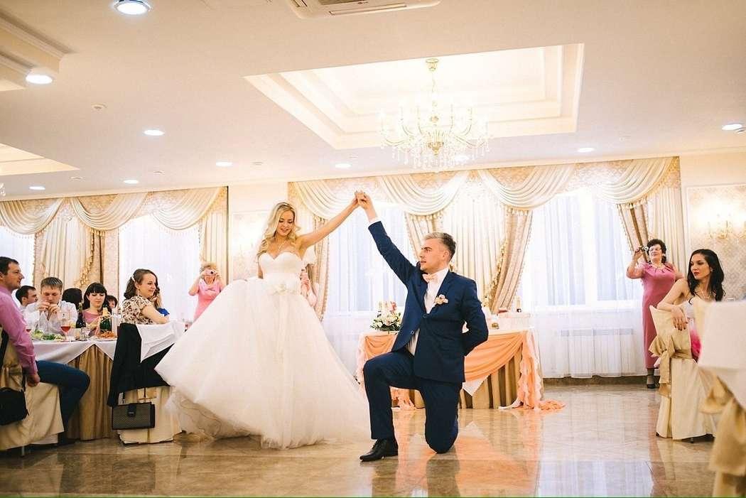 Невероятно красивая пара Надюши и Ивана!)Ребята выбрали для своего первого танца русскую песню с красивыми словами) - фото 6686616 Студия свадебного танца «Contrast»