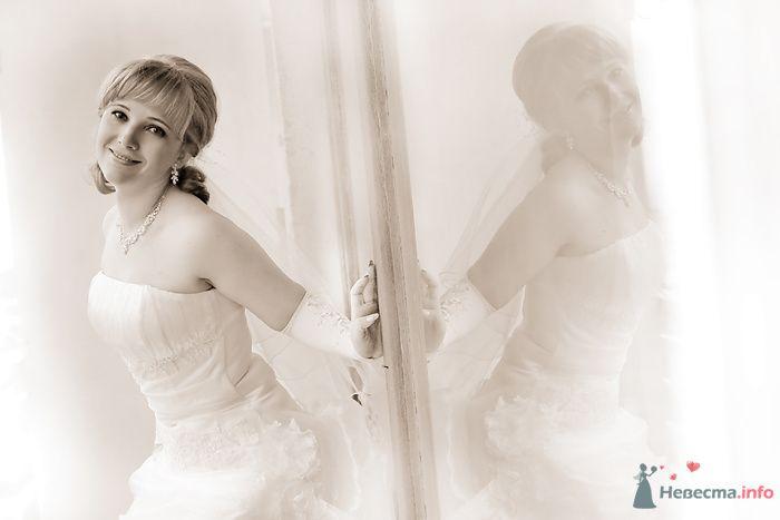 Невеста в белом длинном платье стоит возле стены - фото 79957 Фотограф Наталья Шпагина