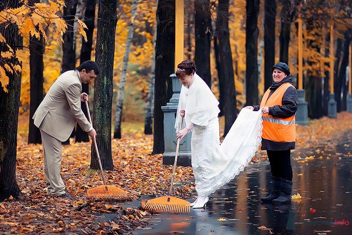 Жених и невеста убирают в осеннем парке - фото 79985 Фотограф Наталья Шпагина