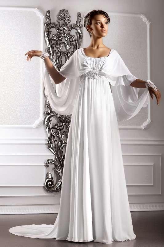 """Невеста в белом прямом платье в греческом стиле с лифом с драпировкой и поясом из бисера под грудью, с прозрачной накидкой  - фото 998263 Свадебный салон """"Радость"""""""