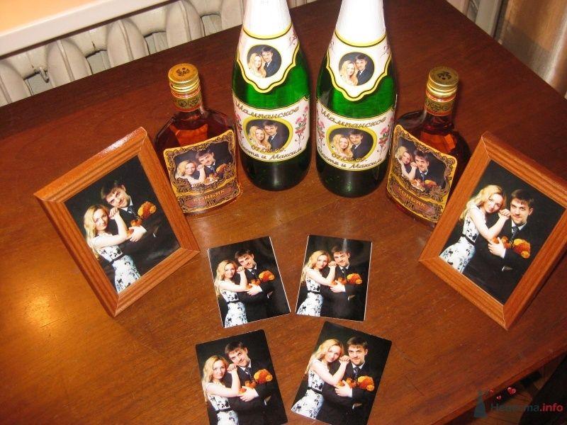 Подарки для гостей. Календарики/магнитики/наклейки на бутылки делали на заказ, а потом мучительно вырезали эти самые наклейки по контуру и отмывали с бутылок родные наклейки )