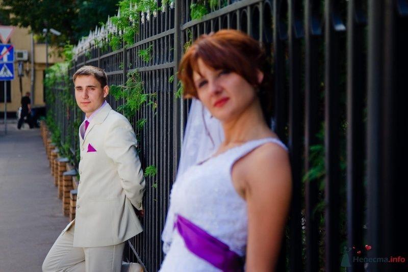 Классический белый костюм жениха с сиреневым галстуком и сиреневым платком в кармане пиджака - фото 47658 sofiya