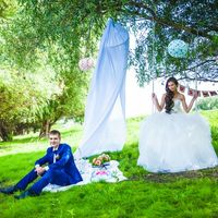 Свадебная фотосессия на природе с аксессуарами.