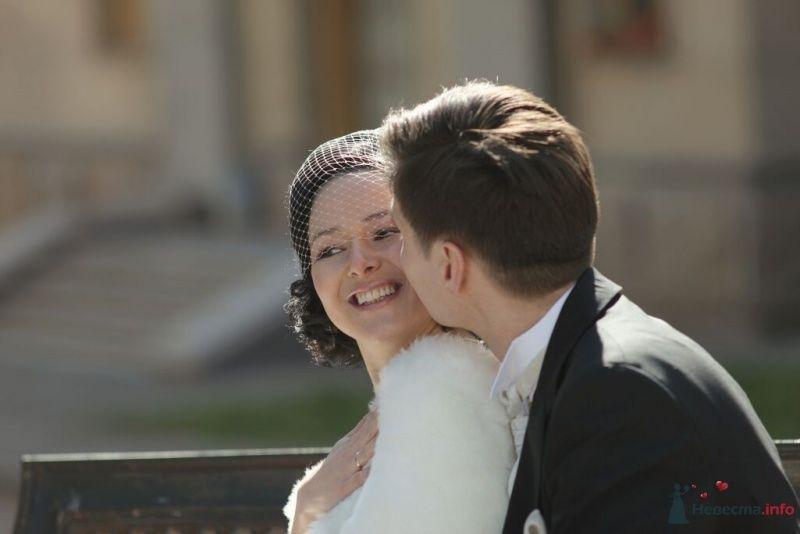 Жених и невеста, прислонившись друг к другу, стоят на улице - фото 25349 Эльмира