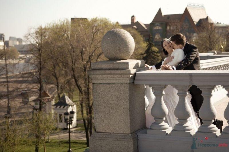 Жених и невеста, прислонившись друг к другу, стоят на балконе - фото 25494 Эльмира