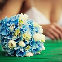 Букет невесты из гортензий, тюльпанов и бувардии в бело-голубых тонах