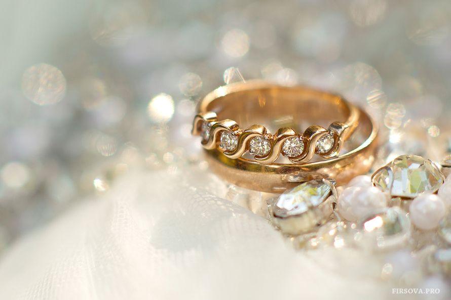 Обручальные кольца с бриллиантами на фоне драгоценных камней. - фото 2882553 Фотограф Катя Фирсова