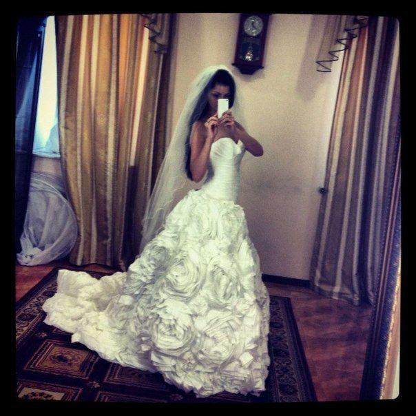 Фото в свадебном платье брюнетки со спины