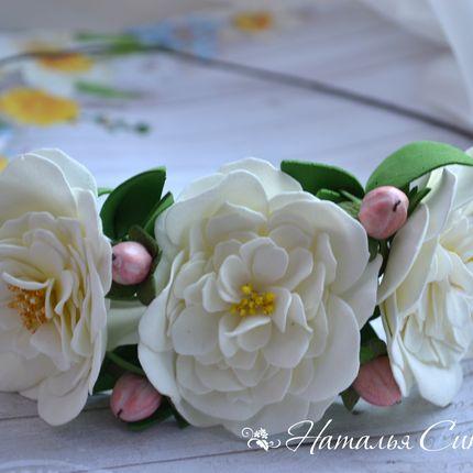 """Венок с розами """"Сесиль"""" и ягодками гиперикума"""