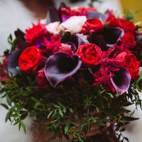 Букет из каллы, пионовидной и кустовой розы, астильбы, Хиперикум с зеленью фисташки
