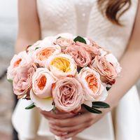 Нежный букет невесты из 3 видов роз
