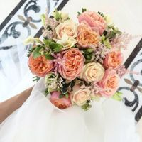 Букет невесты из розочек разных сортов, в том числе пионовидных, лизиантуса, астильбы, фрезии и питтоспорума  Флорист Рина Озерова