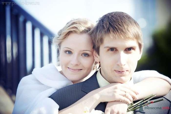 Жених и невеста стоят, прислонившись друг к другу, на мосту - фото 47772 Невеста01