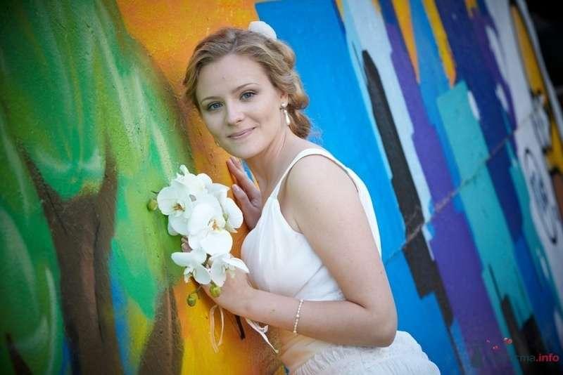 Невеста в белом платье стоит у разноцветной стены - фото 55560 Невеста01