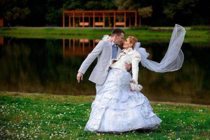 Жених и невеста, прислонившись друг к другу, стоят на фоне зелени и пруда - фото 62799 Нонсенс
