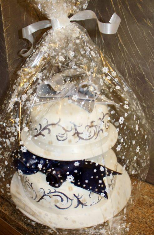 Двухъярусный свадебный торт на подставке фото