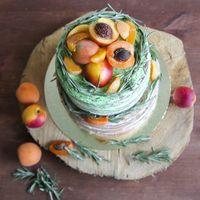 Голый свадебный торт с фруктами