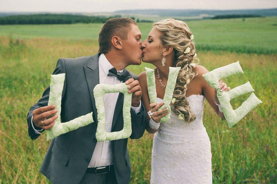 """Невуста и жених держат зелёные тканевые буквы, составляющие слово """"love"""" - фото 2498897 Загородный комплекс """"Вард"""""""