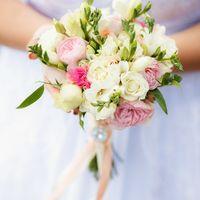 нежный букет из пионовидных роз, фрезий и эустомы от бутик событий IDEA