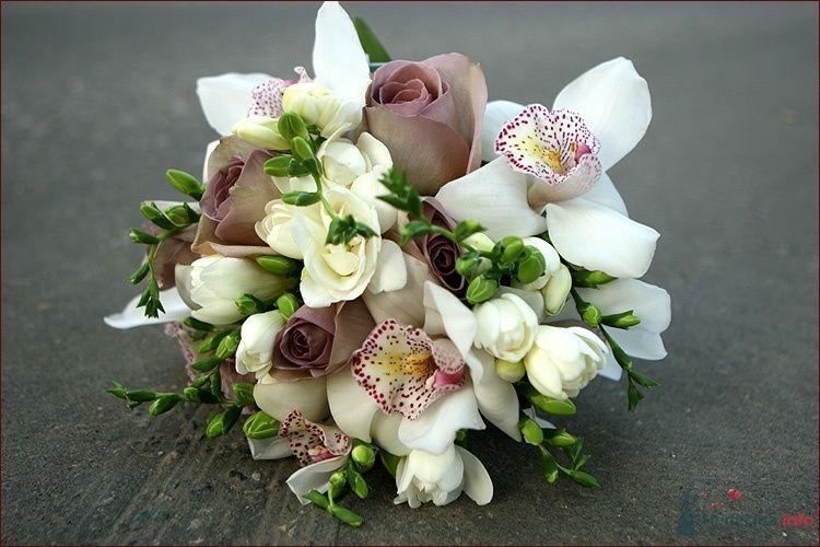 Букет невесты из розовых роз, белых фрезий и орхидей