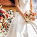Невеста в белом пышном атласном платье с букетом в руках из розовых альстромерий и белых гортензий