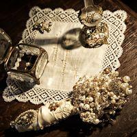 Пригласительные на свадьбу вышиты собственноручно. Букет создан и з жемчуга и кристалов Swarovski