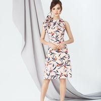 Модель EMSE 0248 Коктейльное платье прилегающего силуэта расширенное к низу длинной выше уровня колена. Верхняя часть платья с горизонтальной кокеткой по которой имеется съёмный декор, его расположение можно менять на вертикальное за счет пришивных кнопок