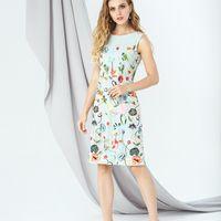 Модель EMSE 0271 Выпускное платье прямого силуэта с верхним слоем из кружева длинной выше уровня колена. Вырез горловины «лодочка». В среднем шве спинки – потайная молния. Основная ткань: костюмно-плательная, кружево. Возможное цветовое исполнение: цветоч