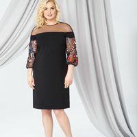 Модель EMSE 0277 Коктейльное платье полуприлегающего силуэта, длиной до середины колена. В верхней части платья горизонтальная кокетка из прозрачной сетки. Вырез горловины круглый. Круженной рукав реглан широкий, присборенный на резинке. В среднем шве спи