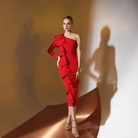 Цена 195,00. Модель EMSE 0330 Коктейльное платье прилегающего силуэта длиной ниже уровня колена, с длинным рукавом и воланом на одну сторону, со съёмной бретелью. Перед - со скошенной горловиной. Спинка разрезная, со скошенной линией горловины и воланом н