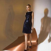 Цена 115,00. Модель EMSE 0325 Коктейльное платье прилегающего силуэта длиной выше уровня колена. Горловина переда и спинки имеет форму «лодочка». По среднему шву спинки - застёжка на потайную тесьму «молния», снизу разрез. Изделие на подкладке. Основная т