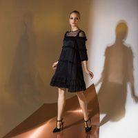 Цена 240,00. Модель EMSE 0338 Коктейльное платье «A»-силуэта, расширенное от линии кокетки. Изделие имеет несколько горизонтальных уровней, ограниченных рюшами. Верхняя часть платья с кокеткой из сетки. В шов втачивания рукава вставлена рюша. Рукава также