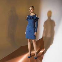 Цена серо-синего 145,00. Модель EMSE 0326 Коктейльное платье полуприлегающего силуэта длиной выше уровня колена, с рукавом. Горловина переда и спинки имеет форму «лодочка». Верх переда декорирован воланами, верхний из них переходит на рукав. Спинка разрез