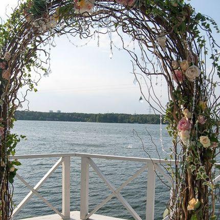 Оформление арки из веток, с добавлением живых цветов и хрусталя