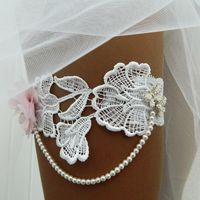 """Свадебная подвязка """"Асусена"""" - нежное цветочное кружево в бело-розовой гамме с декором в виде жемчужной нити."""